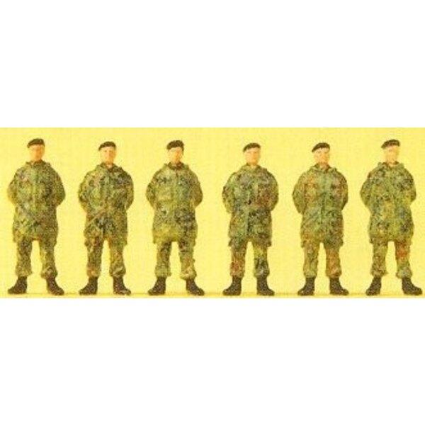 Soldato permanente con berretto e giacca mimetica