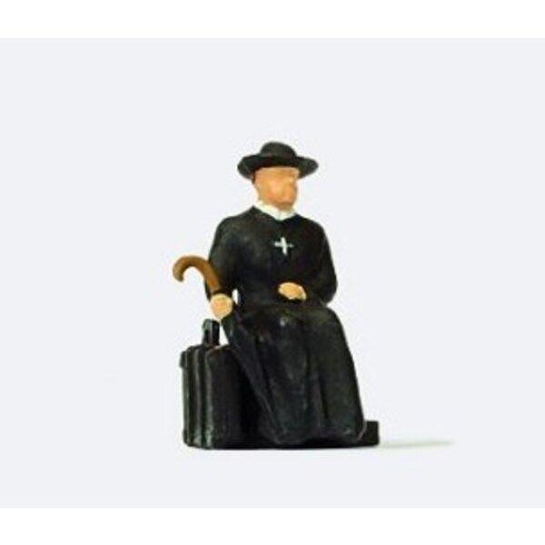 Reverendo in attesa del treno