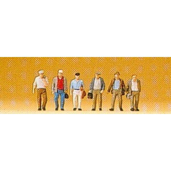 I lavoratori verso la stazione